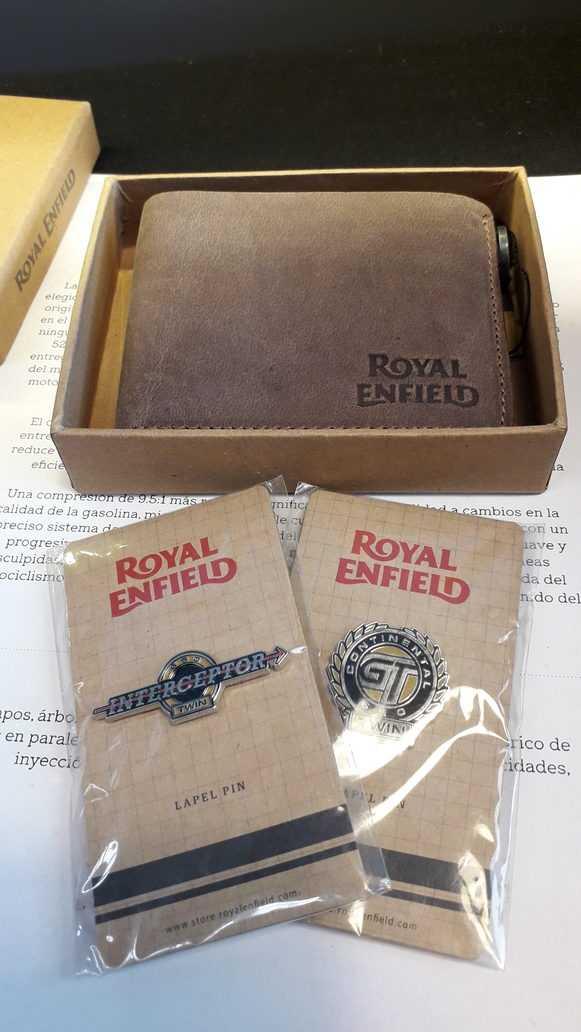 Billetera marrón en empaque original con logo Royal Enfield. Vista frontal superior