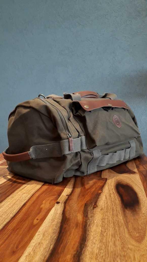 Bolso color verde militar con detalles en marrón. Apto para viajes largos.