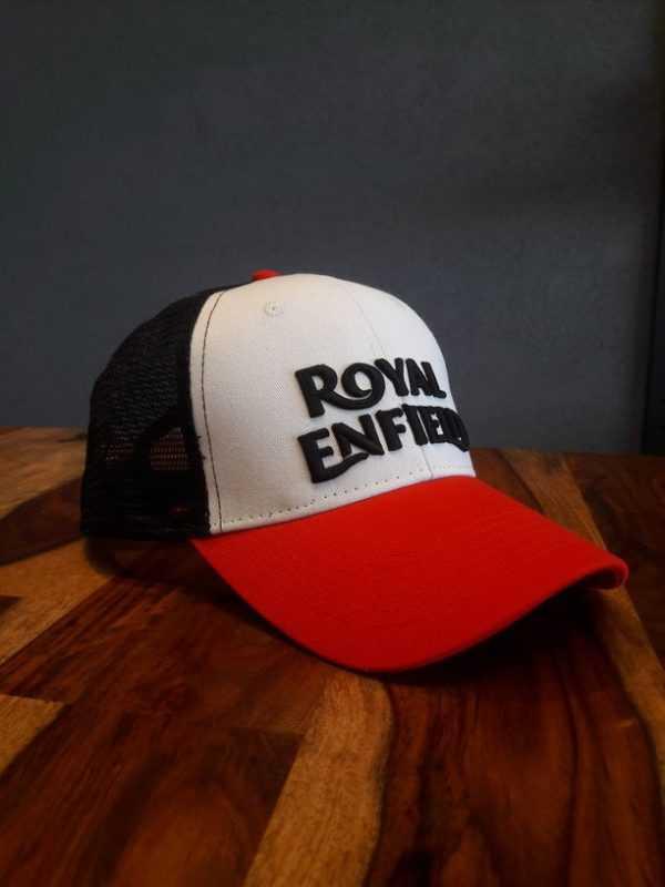 Gorra blanca con detalles en color negro y rojo. Logo en frente de Royal Enfield