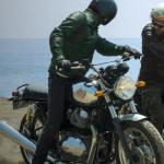Hombre sobre una moto color negra con detalles en plateado.